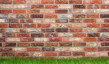 Elewacja z cegły pełnej. Dlaczego jest tańsza niż tynkowa.